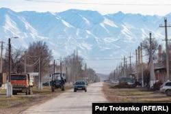 Одна из центральных улиц в селе Каракемер. Жамбылская область, 26 февраля 2020 года.