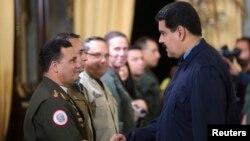 Presidenti i kontestuar i Venezuelës, Nicolas Maduro dhe disa ushtarë, foto nga arkivi.