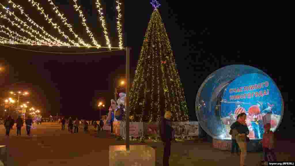 Главная городская елка на своем традиционном месте– на улице Ленина