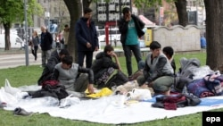 Pamje e migrantëve në një park në Beograd të Serbisë në muajin prill të këtij viti