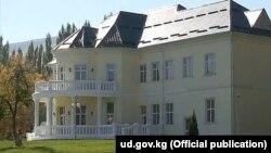 Мамлекеттик резиденциядагы имараттардын бири. Сүрөт ud.gov.kg сайтынан алынды.