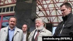 Генадзь Фядыніч, Юры Хадыка, Дзяніс Садоўскі на ганку гатэля «Арбіта»
