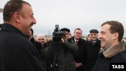 Russia -- President Dmitry Medvedev (R) welcomes his Azerbaijan's counterpart Ilham Aliyev to Ulyanovsk, 24Nov2009