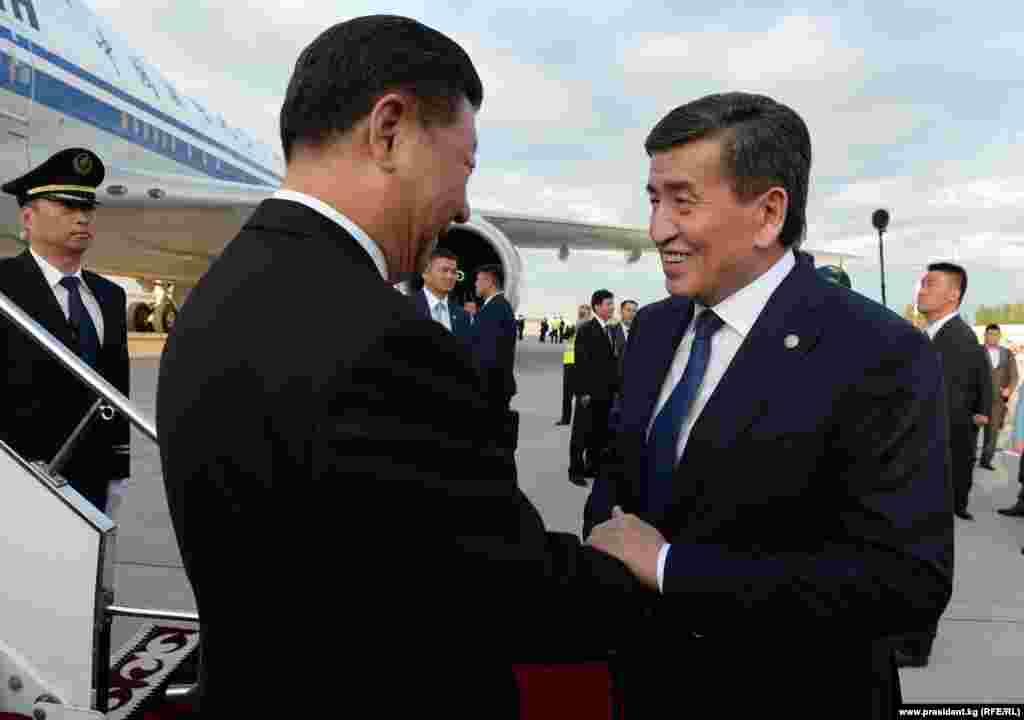 «Манас» аэропортунан аны мамлекет башчысы Сооронбай Жээнбеков тосуп алды.