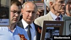 Владимир Путин во время шествия «Бессмертного полка» в Москве, 9 мая 2018 год