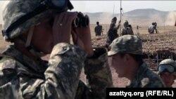 Мәтібұлақта әскери жаттығуларды бақылап тұрған қазақ сарбазы. 24 қыркүйек 2010 жыл.