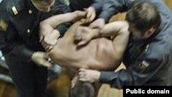 Пытки в полиции. Кадр видео.