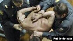 Жестокое обращение полицейских с задержанным. Снимок сделан в Татарстане