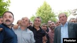Ընդդիմության առաջնորդ Լեւոն Տեր-Պետրոսյանը համաներմամբ ազատ արձակվածներից մի քանիսի հետ: