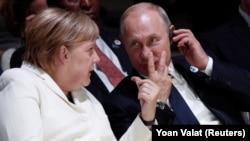 Меркел һәм Путин (архив фотосы)