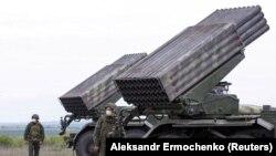 Militari din autoproclamata Republică Populară Donețk lângă un lansator multiplu de rachete Grad lângă localitatea Horlivka, regiunea Donețk, 21 mai 2020