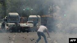 صحنهای از درگیریهای روز شنبه در خیابان ولیعصر تهران