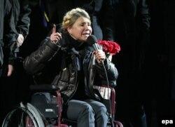 Украина экс-премьері Юлия Тимошенко шерушілер алдында сөйлеп отыр. Киев, 22 ақпан 2014 жыл.
