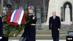 Владимир Путин возлагает венок на Национальном кладбище на проспекте Фиумеи, которое также называют Керепеши