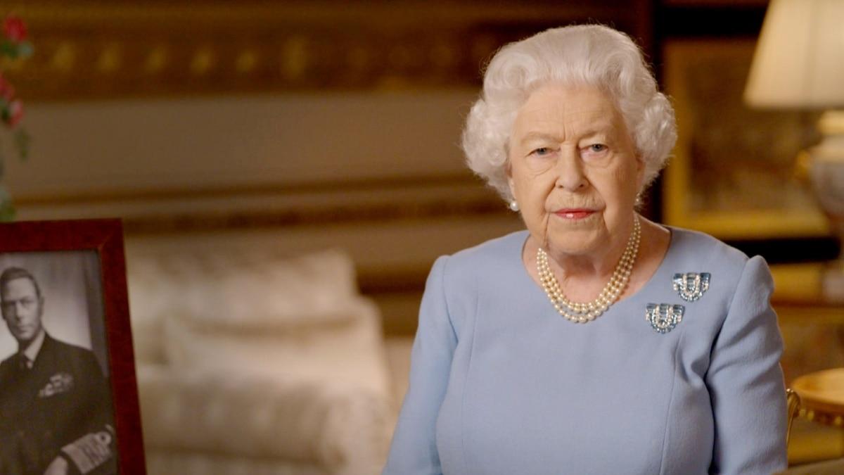 «Верхом на пони»: королева Великобритании появилась на публике впервые с начала карантина