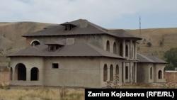 """Бакиевдин уулуна тиешелүү делген """"Ideal house"""" деп аталган жердеги үйлөр"""