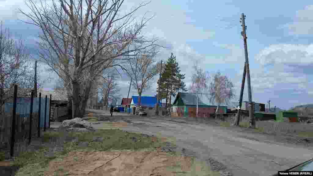 Дома в селе еще не скоро просохнут после наводнения. На это может уйти несколько лет, говорят жители. Аким Карагандинской области Ерлан Кошанов на днях побывал в селе Чкалово и пообещал, что в мае начнутся выплаты и что без помощи никто не останется.