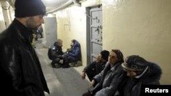 Луѓе бараат засолниште во подрумот на локалната полиција по експлозиите во военото депо во Украина.
