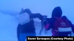 Якутские школьники по дороге домой в сильную метель