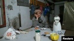 Жінка перечікує стрілянину в сховищі в північній частині Донецька, 20 листопада