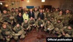 Президент Петро Порошенко і сенатори США Джон Маккейн, Ліндсі Ґрем та Еймі Клобучар разом із вояками України на командному пункті в районі населеного пункту Широкине під Маріуполем, 31 грудня 2016 року