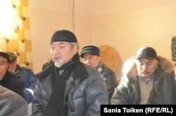 На переднем плане: гражданский активист из Астаны Орал Саулебай выступает на поминках жертв Жанаозенских событий 2011 года. Село Тенге, 13 декабря 2014 года.
