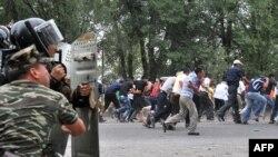 5 აგვისტო, ბიშკეკი. პოლიცია ცდილობს, დაშალოს ურმატ ბარკტაბასოვის მხარდამჭერთა დემონსტრაცია