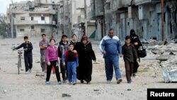 مواطنون سوريون في منطقة بابا عمرو في مدينة حمص