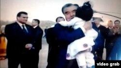 Президент Таджикистана держит на руках трехлетнюю Гульнигор Наджмиддин. Скриншот видеосюжета государственного таджикского телеканала.