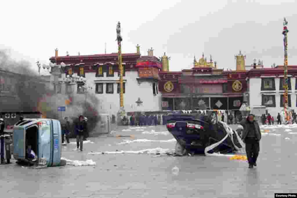 Следы столкновений в центре Лхасы.