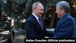 Алмазбек Атамбаев (справа) и Владимир Путин в Бишкеке. Архивное фото. 28 февраля 2017 года.