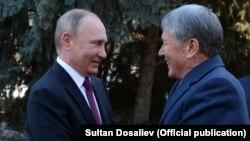 Владимир Путин жана Алмазбек Атамбаев.