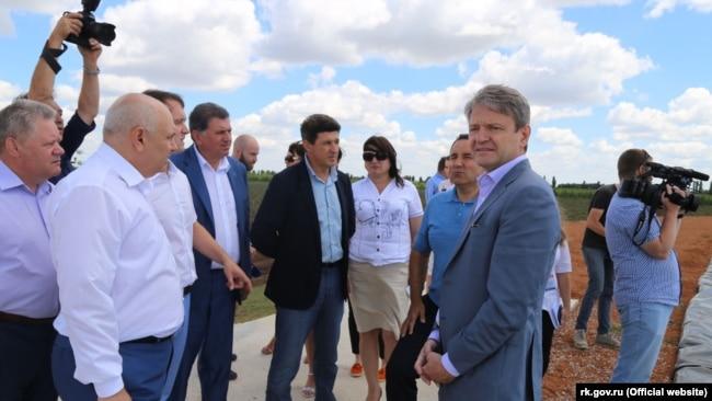 Александр Ткачев в аннексированном Россией Крыму, где находится старейшее винное производство. 8 июля 2016 года