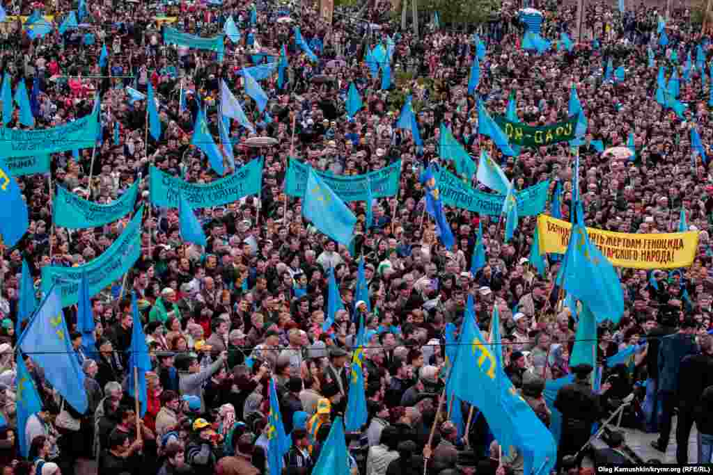 Crimean Tatars gather in Simferopol on May 18 to remember those who died in their wartime deportation from the peninsula. (RFE/RL /Oleg Kamushkin)