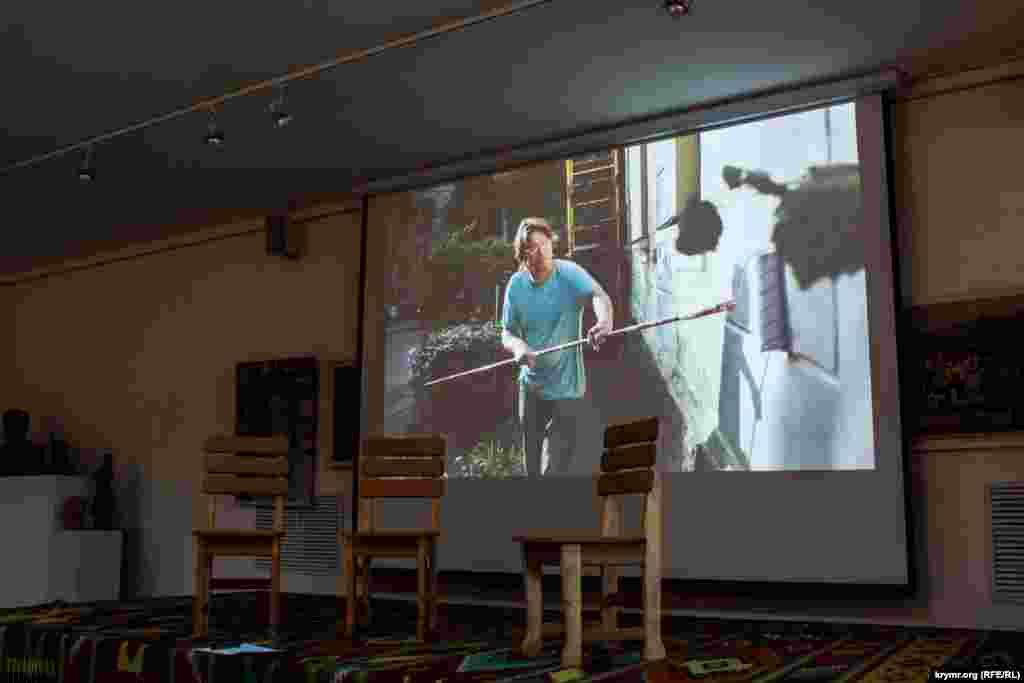 Перед початком презентації у гостей була можливість переглянути фотографії, на яких зображений процес створення орнаментів