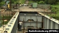 Мост между Северодонецком и Лисичанском, рарушенный военными действиями. Июнь 2016 года