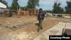 Незаконченное строительство домов пострадавшим от паводка в селе Садовое. Карагандинская область, 21 июля 2015 года.