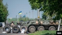 Украинские солдаты охраняют пропускной пункт в аэропорту Краматорска, 4 мая 2014 года.