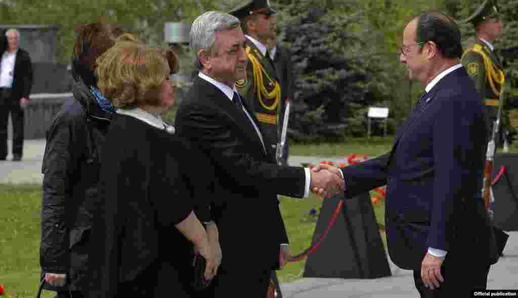 Прездент Армении Серж Саргсян приветствует французского коллегу Франсуа Олланда в мемориале жертвам Геноцида армян, Ереван, 24 апреля 2015 г.