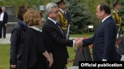 Armenia - President Serzh Sarkisian greets his French counterpart Francois Hollande at the Armenian Genocide Memorial in Yerevan, 24Apr2015.