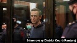 Сот залында тұрған Алексей Навальный. 2 ақпан 2021 жыл.