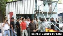 Үш ай бойына жалақыларын алмаған метро жұмысшыларының ереуілі. Алматы, 10 тамыз, 2010 жыл.