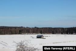 За лесом виднеется часть российской Вяртсиля