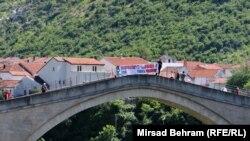 Aktivisti na Starom mostu, foto: Mirsad Behram