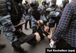 Поліція затримує учасника протесту, Москва, 12 червня 2017 року