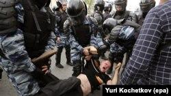 Задержание участника акции на Тверской улице в Москве