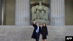 Трамп с супругой Меланией у мемориала Линкольна в центре Вашингтона. 19 января 2017 года.