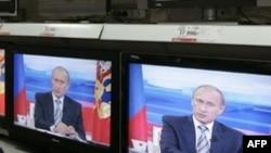 На государственном телевидении находят место как реальным политикам, так и их двойникам