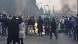 ماموران امنیتی جمهوری اسلامی ایران از همان روز نخست با شلیک گلولههای واقعی، به اعتراضها واکنش نشان دادند.