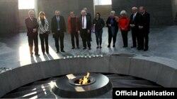 Марио Маццола в мемориальном комплексе жертвам Геноцида армян «Цицернакаберд», Ереван, 12 ноября 2014 г.